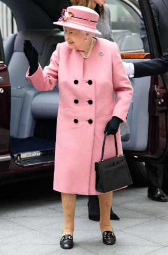 Фото №2 - Долгожданный дуэт: герцогиня Кембриджская и Елизавета II вместе вышли на работу