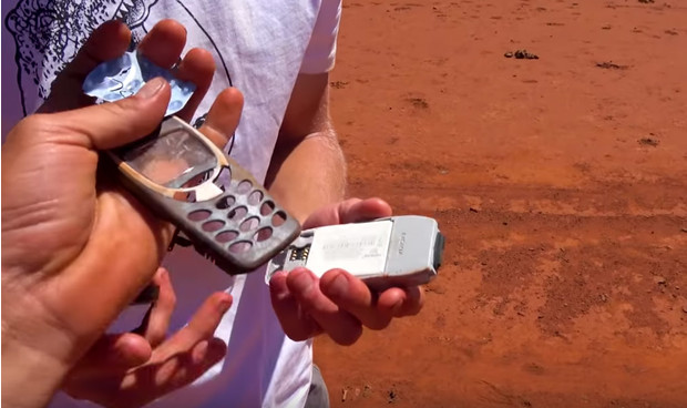 Фото №3 - Samsung S10, iPhone 11 и Nokia 3210 сбросили с вертолета (видео)