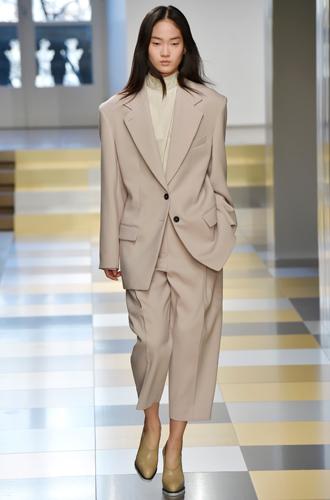 Фото №2 - И в тренде, и в офисе: 7 самых модных идей одежды для работы
