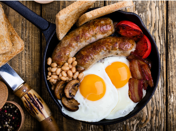 Фото №4 - Как готовить традиционный английский завтрак: рецепт с историей (и без овсянки)