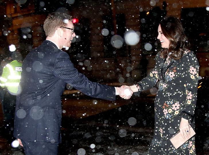 Фото №3 - Беременная Кейт Миддлтон не побоялась выйти на мороз в легком платье (все ради работы)