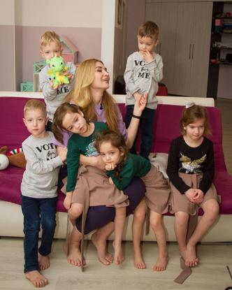 Фото №5 - Люби себя, шути и делай лифтинг: 5 уроков жизни, которые научили брошенную мать пятерняшек не вешать нос