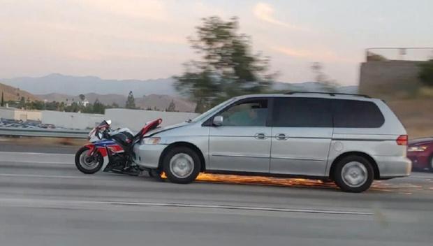 Фото №1 - Водитель сбил байкера и поехал дальше с мотоциклом на бампере (видео)