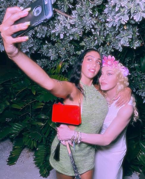 Фото №7 - Смотреть «Русалочку», часто моргать, менять одежду: 7 странных правил, которые Мадонна, Найтли и другие звезды ввели для своих детей
