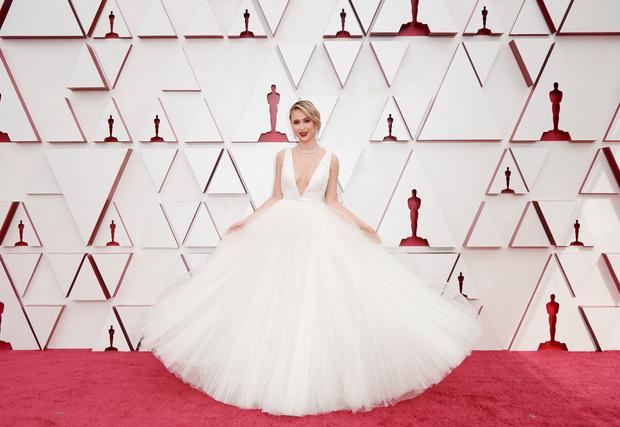 Фото №6 - Самые стильные образы с премии Оскар 2021 🌟
