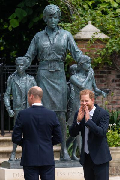 Фото №2 - Руки в карманах, смех на камеру: как Гарри вел себя на открытии памятника матери