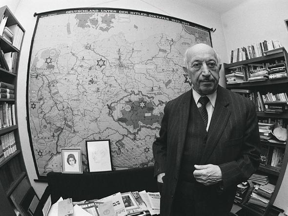 Симон Визенталь в своем офисе. 1984 г.