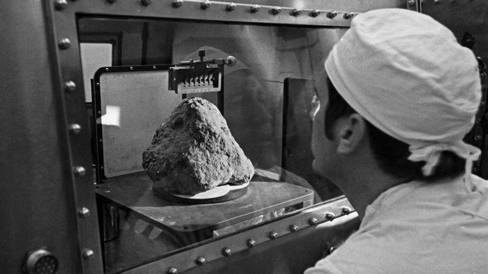 Фото №1 - На Луне обнаружен камень с Земли
