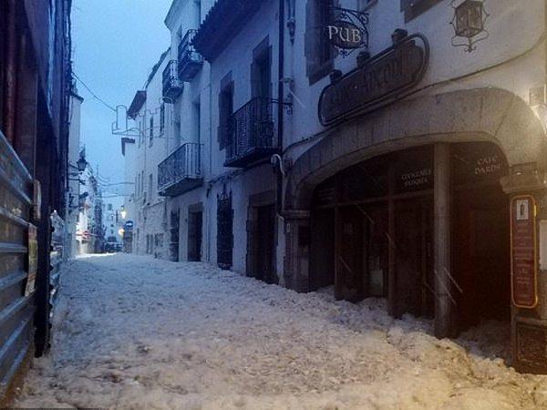 Фото №2 - В Испании после урагана город покрылся морской пеной высотой до пояса (видео)