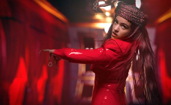 Фото №2 - Драгоценные подвески на ногтях: Розалия в красном латексе выводит искусство маникюра на новый уровень