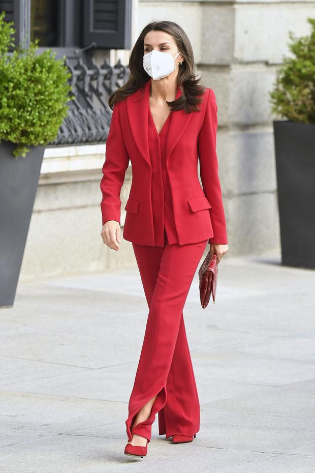 Фото №2 - Идеально сидящий костюм— залог успешного образа: подтверждено королевой Летицией