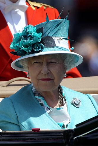 Фото №18 - Делайте ставки, господа: шляпки Королевы на Royal Ascot
