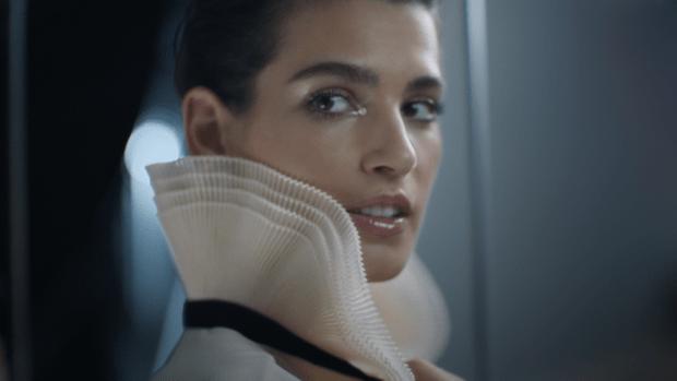 Фото №1 - Что на самом деле носят парижанки? Амбассадор Chanel, модная французкая актриса Альма Ходоровски комментирует любимые образы показа