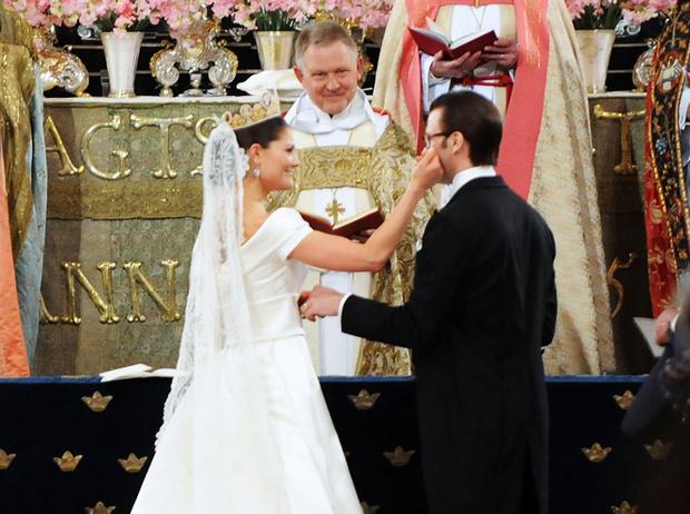 Фото №47 - Самые трогательные моменты королевских свадеб (о Гарри и Меган мы тоже не забыли)