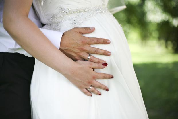 Фото №1 - 15 звезд, которые выходили замуж беременными