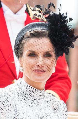 Фото №10 - Какие головные уборы носит королева Летиция