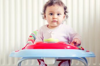 Опасно для жизни: почему педиатры запрещают ходунки для детей