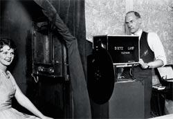 История телевидения началась с соревнования двух инженеров. Американец шведского происхождения Эрнст Александерсон пытался превзойти шотландца Джона Лоджи Бейрда в создании передатчика изображений. В 1925 году Бейрду удалось получить желаемое: на экране при помощи пустой коробки, вязальных спиц, жестянки из-под кекса, велосипедного фонаря и картонного диска появлялась мерцающая человеческая голова. В 1928 году на другом континенте Александерсон в прямом эфире показал жителям своего квартала человека, курящего сигарету. Уже спустя четыре месяца подобные программы можно было смотреть четыре раза в неделю. А 3 июля 1928 года в США был продан первый в мире телевизор. Стоил он 75 долларов, что равнялось двум средним зарплатам простого рабочего. Еще через два месяца в эфир была выпущена постановка «Посланник королевы». В 1937 году к телевизионному прогрессу подключились англичане и создали телеприемник с электронно-лучевой трубкой. Вскоре такие аппараты появились и в Америке. В конце 50-х годов 9 американцев из 10 смотрели телевизор дома.