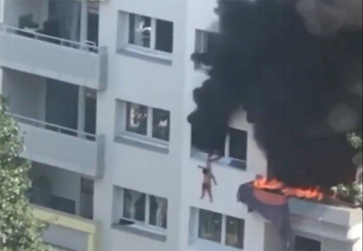 Фото №1 - Во Франции дети стали прыгать в окна, спасаясь от пожара, но соседи их поймали (видео)