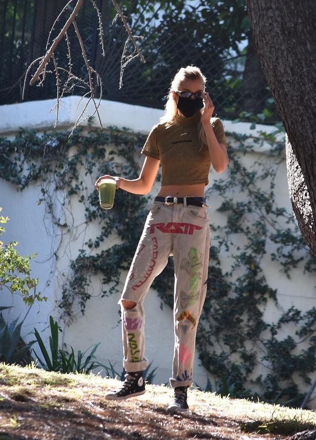 Фото №2 - Супермодель Стелла Максвелл пьет зеленый смузи и залезает на деревья в самых необычных летних джинсах