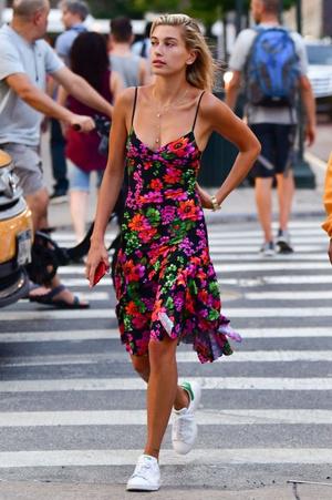 Фото №2 - Как носить платья с кроссовками: 5 классных образов, которые ты можешь повторить