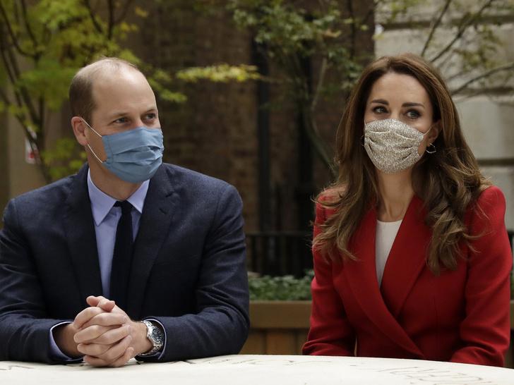 Фото №2 - Особенности протокола: почему Кейт и Уильяму запрещено давать автографы поклонникам