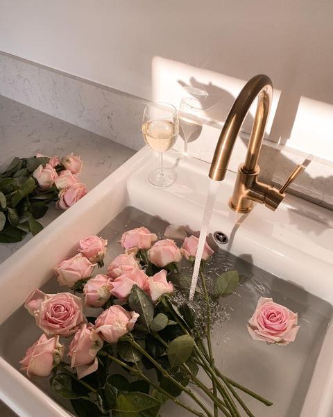 Фото №2 - Королева цветов: 9 классных бьюти-средств с розой в составе