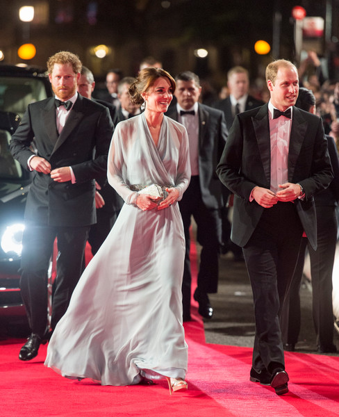 Фото №4 - Королевский выход: Кейт Миддлтон появилась на премьере фильма в «золотом» платье за 300 тыс руб