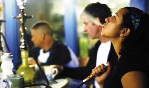 Фото №1 - В кафе запретят курить кальяны
