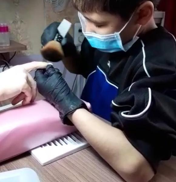 Фото №2 - 13-летний школьник из Казахстана стал мастером маникюра, чтобы помочь парализованному брату