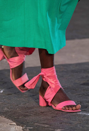 Фото №5 - Самая модная обувь весны и лета 2021: советы дизайнеров