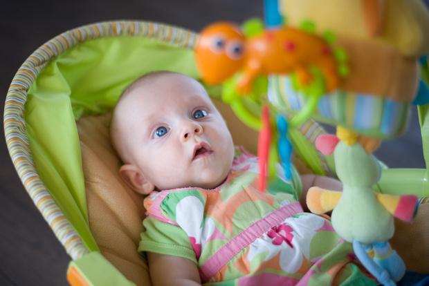 Фото №1 - Почему детям нельзя спать в качалке, слипере или автокресле