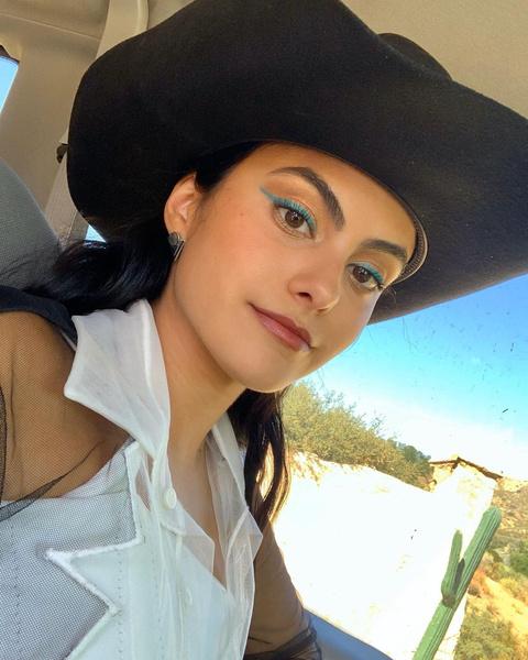 Фото №4 - Цветные стрелки и яркие губы: лучшие макияжи Камилы Мендес