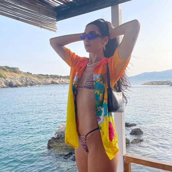Фото №1 - Идеальное бикини на идеальном теле: яркий образ Дуа Липы на берегу океана
