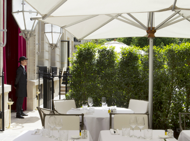 Фото №3 - Новая услуга в отеле La Réserve Paris: каждому гостю – по батлеру