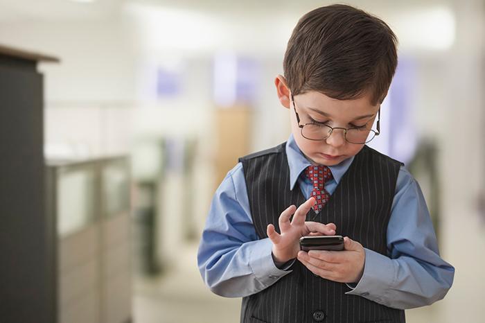 Фото №2 - Зачем мы на самом деле покупаем ребенку мобильный телефон?