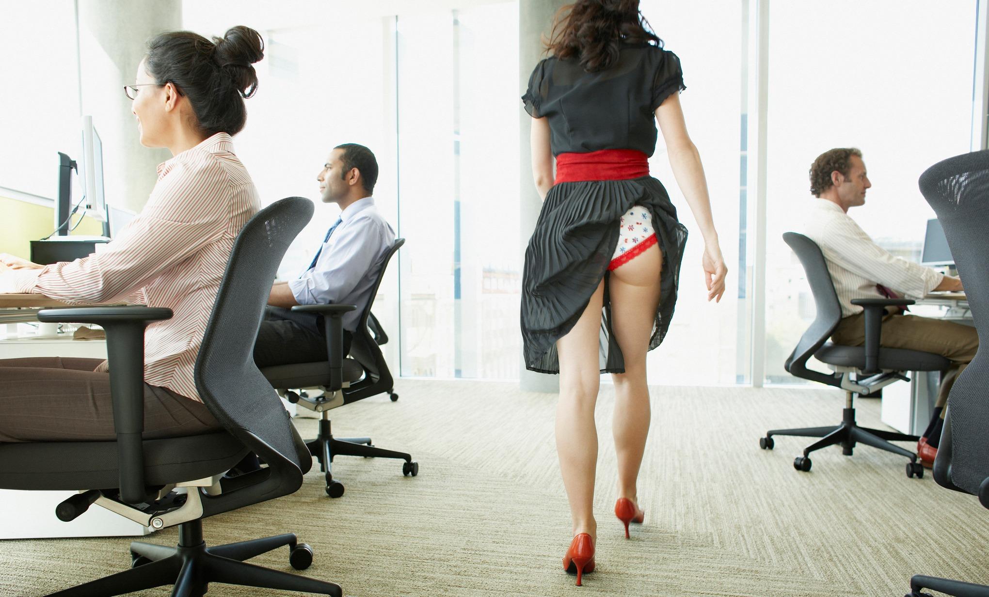 офисные работники под юбками - 10