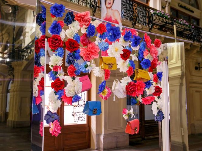 Фото №1 - Цветы и сумки: яркая модная инсталляция от Furla