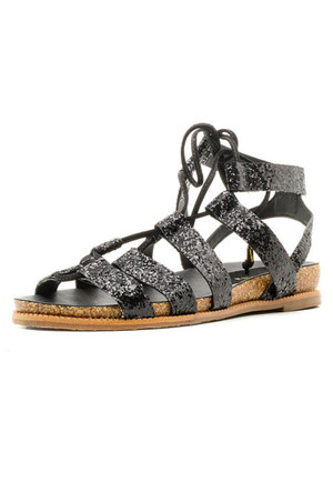 Фото №2 - От босоножек с декором до сандалий-гладиаторов: 10 антитрендов летней обуви