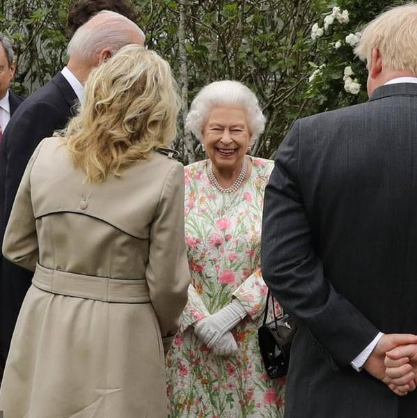 Фото №3 - Дамы в цвету: Елизавета II, Кейт и Камилла красиво вышли в свет