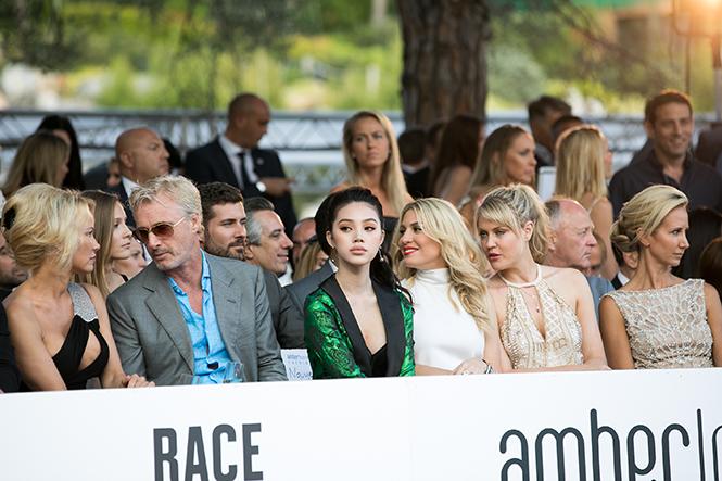 Фото №1 - Даниил Квят и другие пилоты «Формулы-1» в модном показе в Монако