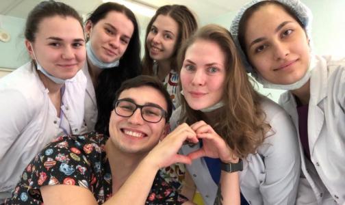 Фото №1 - «Выбираем ковид-больницы, там безопаснее». Как петербургские студенты помогают врачам