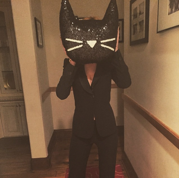 Фото №4 - Звездный Instagram: Знаменитости в забавных париках, масках и костюмах