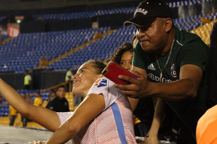 Фото №1 - Фанат положил футболистке руку на грудь во время селфи и поплатился