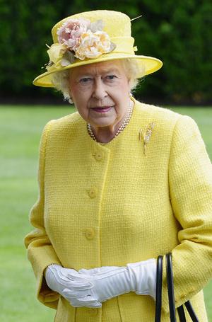 Фото №32 - Как отличить Королеву: каблук 5 см, сумка Launer, яркое пальто и никаких брюк