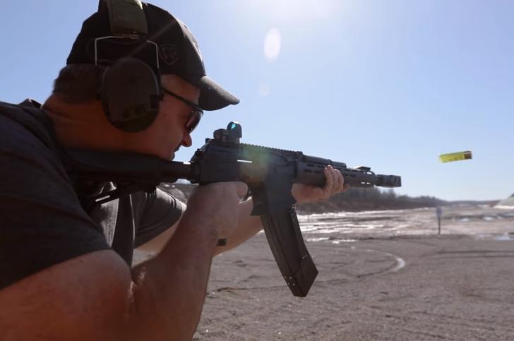 Фото №1 - «Неплохо для 12-го калибра!»: американский ветеран спецназа затестил «Сайгу-12» (видео)