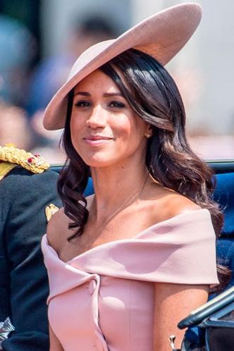 Фото 9. За плавность в образе отвечают поля шляпы, за углы— их расположение.