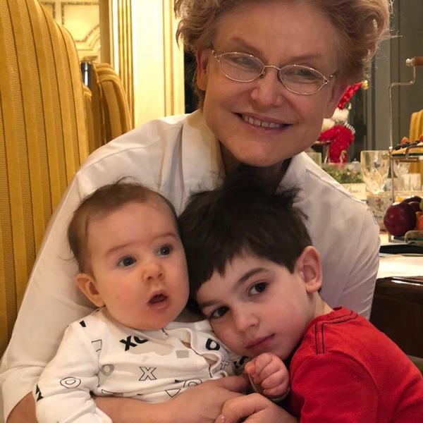 Фото №1 - Первая девочка в семье: Елена Малышева сообщила о рождении долгожданной внучки