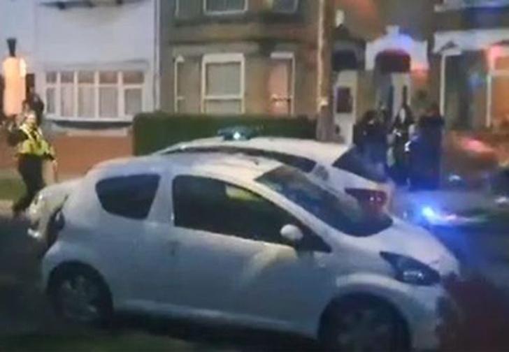 Фото №1 - Британские копы разрешили продолжить шумную уличную вечеринку, потому что все соблюдали социальное дистанцирование (видео)