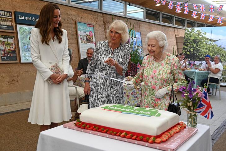 Фото №2 - Королевская лилия: Кейт Миддлтон в белоснежном платье-блейзере